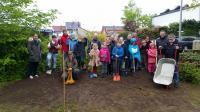 Viele Helfer bei der Entstehung des Schulgartens - Foto/Abbildung: Christoph Greis